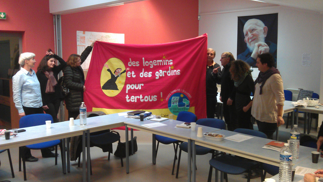 Les militants des APUs tendent une banderole sous le regard bienveillant de l'Abbé Pierre